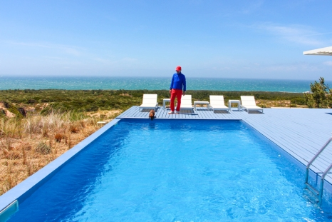 The Forte THE OITAVOS con zapatillas SWIMS, pantalón TOMMY HILFIGER, neopreno jacket HACKETT y cup OITAVOS DUNES.
