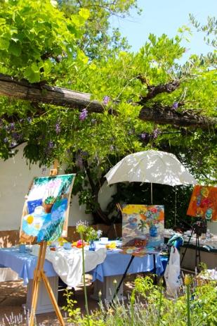Workshop de pintura bajo una de las parras de Trasierra.