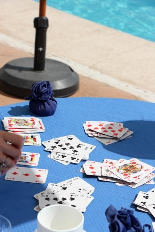 La terraza de la piscina es perfecta para los juegos de mesa.