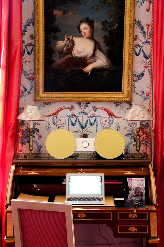 Bureau de dame Luis XVI y tecnología en la suite Pierre Robineau de Beaulieu.