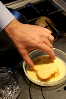 Preparando una tostada francesa.