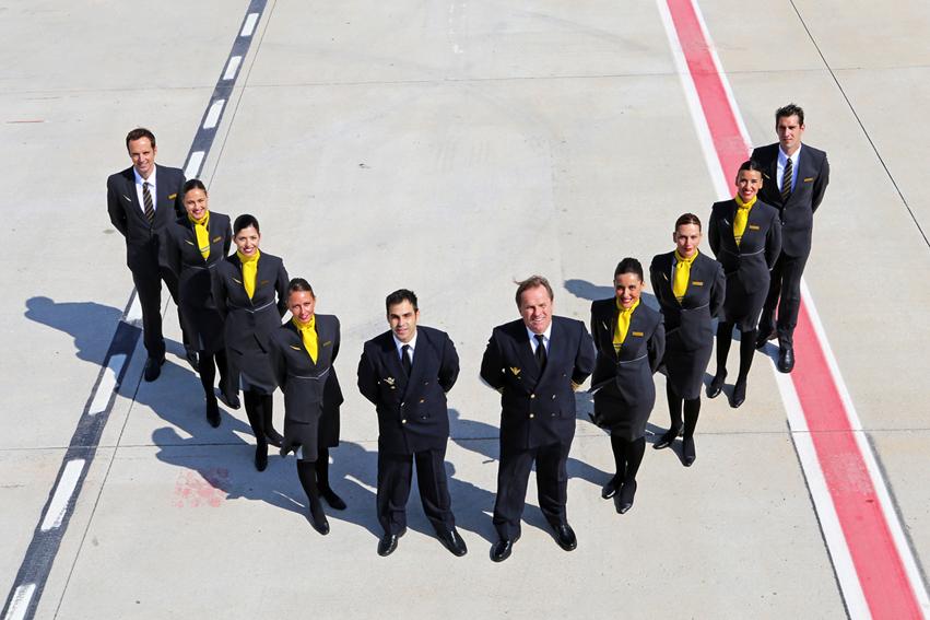 En pista, crew de Vueling con el nuevo uniforme.