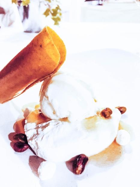 Teja de pistacho con requesón de Menorca y miel (6,50€).