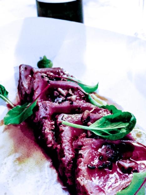 Tataki de atún rojo con emulsión de soja, pipas y germinados (20,50€).