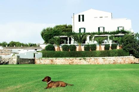 Eros sobre la gran alfombra de cesped del hotel San Joan de Binissaida.