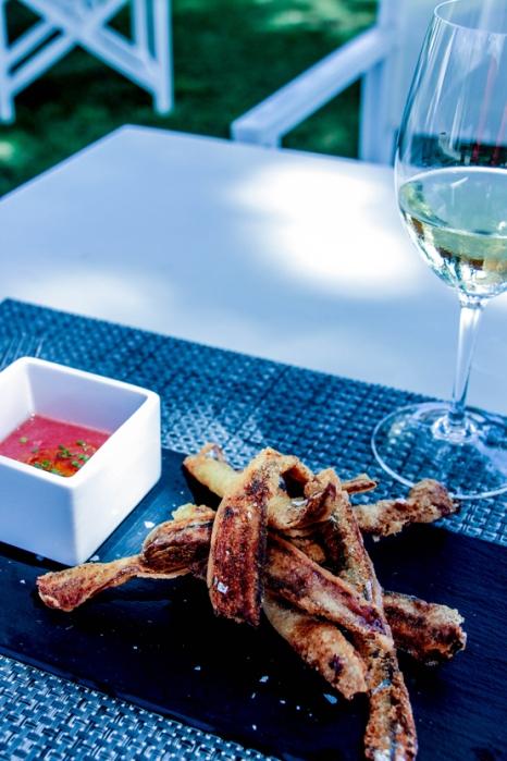 Boquerones empanados con tomante, aceite y sal (7,50€).