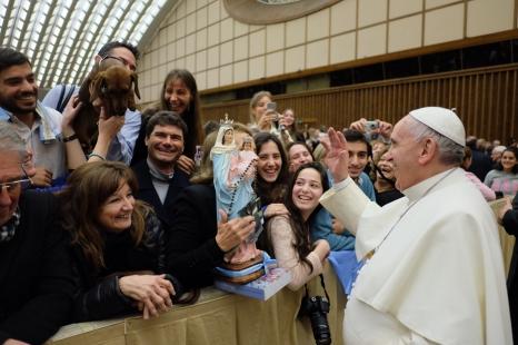 El Papa bendice a Eros.