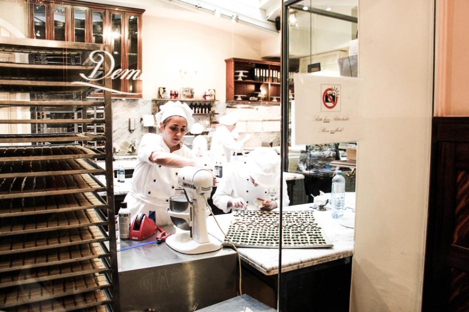 Preparando los dulces de Navidad en Demel Chocolatiers 1786 (lo hacen 3 meses antes).