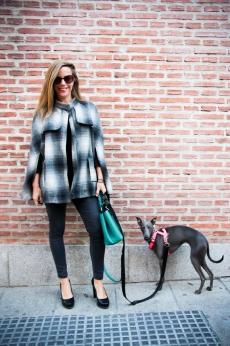 Bolso Diane von Fürstenberg, capa Forever 21, pantalón Zara Kids, peep toes Unisa y gafas Chanel.