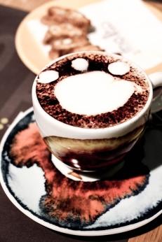 Café con huella de perro según Gino, el camarero.