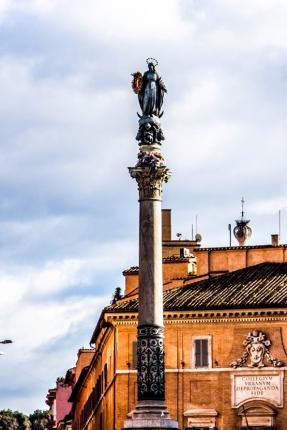 Monumento de la Inmaculada Concepción situado frente al Palazzo di Spagna.