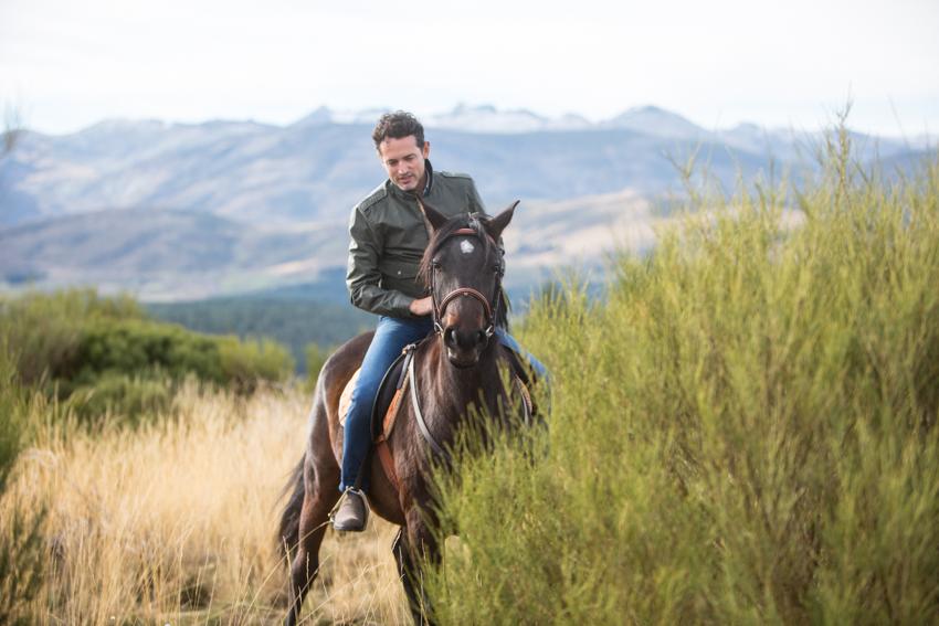 Ruta a caballo por la Sierra de Gredos. Cazadora TIMBERLAND y botines GEOX.