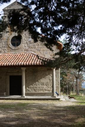 La iglesia junto al Parador.
