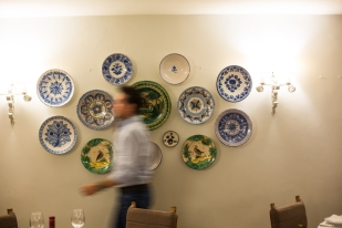 Pared de platos de cerámica en el restaurante del PARADOR DE GREDOS.