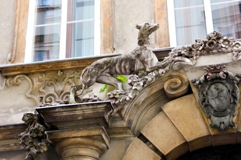 Perros en el arco de la puerta del palacio Fürstenberg.