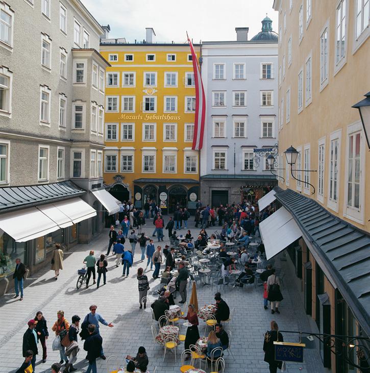 Al fondo, en amarillo, el museo Mozarts Geburtshaus.
