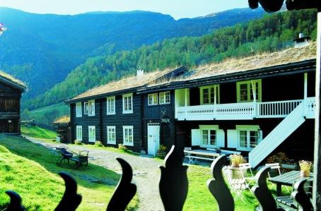 Copyright: TASCHEN. Hotel Roisheim, Norway; Hinter dem höchsten Berg findet man das ehemalige alte Bauernhaus aus dem 17.Jhdt.