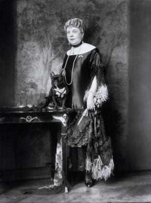 La señora Anna Sacher, fundadora del hotel que lleva su apellido, con uno de sus perros.