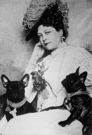 Anna Sacher, fundadora del hotel Sacher, y sus perros.