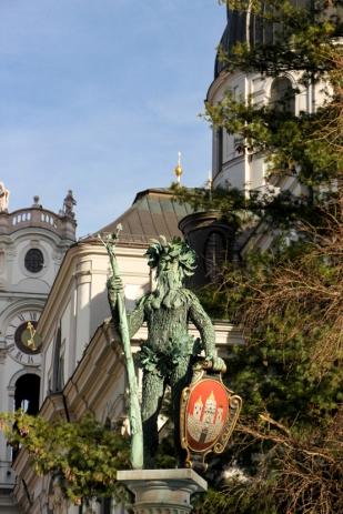 Wilder-Mann-Brunnen, porta el escudo de armas de Salzburgo.