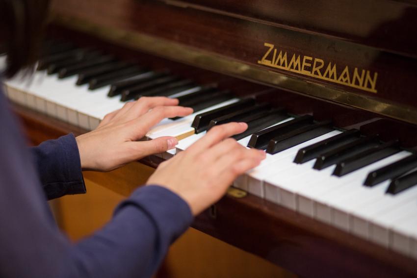 Una de sus hijas estudia piano en el Conservatorio y, muchas veces, acompaña a su madre mientras escribe.