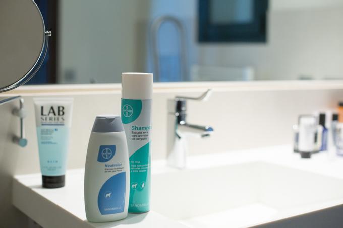 Shampoo de SANO&BELLO que utilizo para limpiar a Eros.