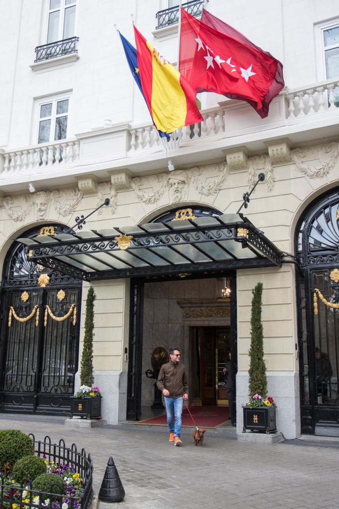 Saliendo por la puerta del Gran Hotel de lujo de Madrid.
