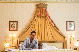 En la cama del Hotel Ritz Madrid Mandarin Oriental.