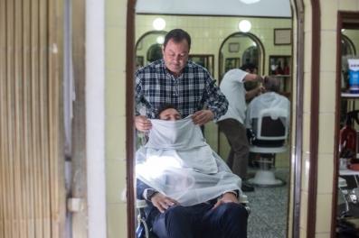 El barbero finalizando su trabajo.