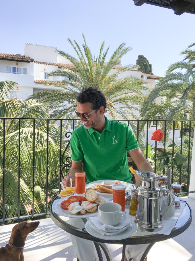 Desayunando en mi terraza.