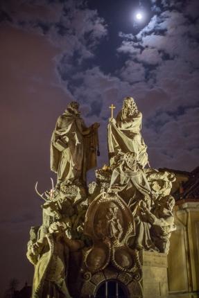 Grupo escultórico de los santos Juan de Mata, Félix de Valois, e Iván en el Puente de Carlos.