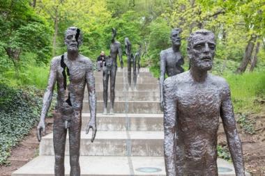 Antes de subir al funicular, el Monumento a las Víctimas del Comunismo.