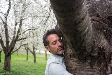 En la Colina Petrín, abrazando un almendro.