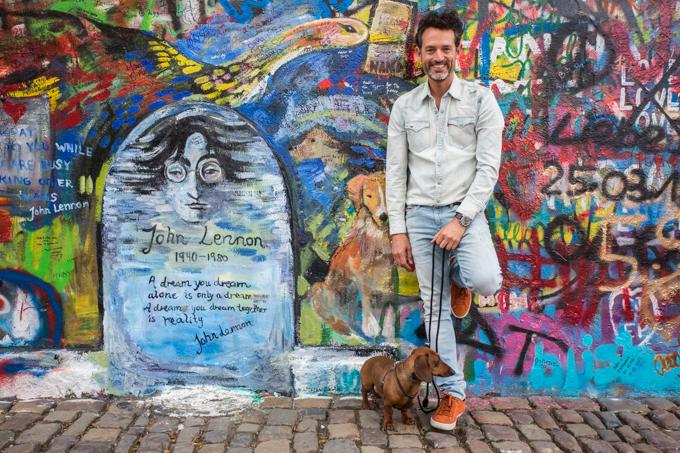 Con los perros del muro de John Lennon.