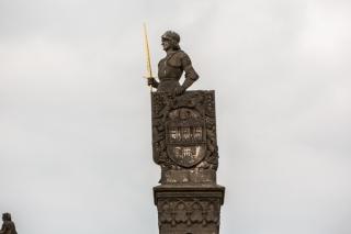 Escultura en el puente de Carlos.