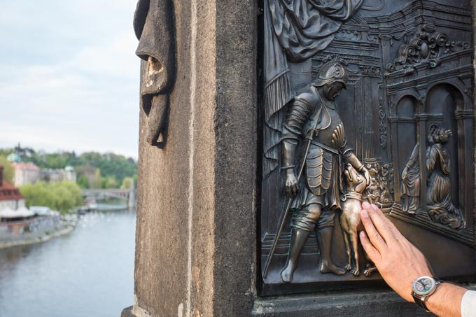 Para regresar a Praga, hay que tocar a este perro. Está en el relieve que adorna la escultura de san Juan de Nepomuceno.