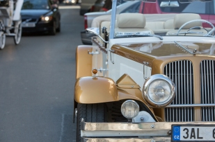 Réplicas de coches antiguos de 1930 esperando a ser disfrutados.