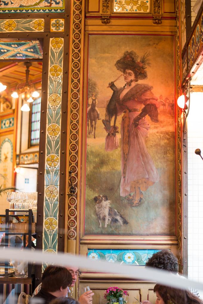 Dama con perro, un fresco de La Cigale.