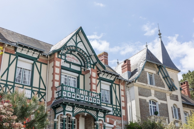 Villas anglo-normandas, neogóticas, bretonas y modernas rodeadas de pinos.