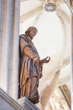 En la galería, a 4 o 5 metros de altura, esculturas de madera de tilo.