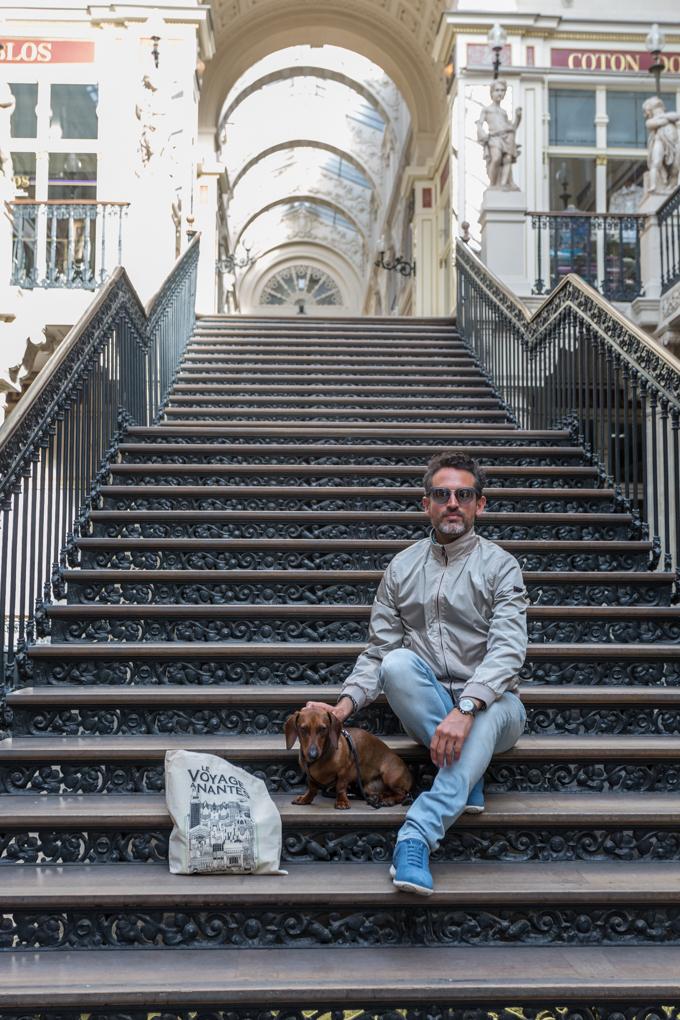 En las escaleras de la Galería Pommeraye.
