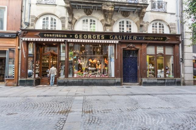 Entrando con Eros a Debotte maître chocolatier, la pastelería cumple 160 años.