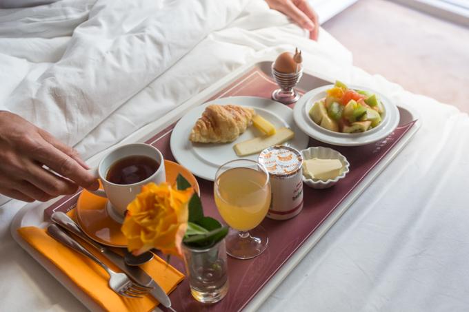 Desayunando en la cama con vistas a la calle Boileau.