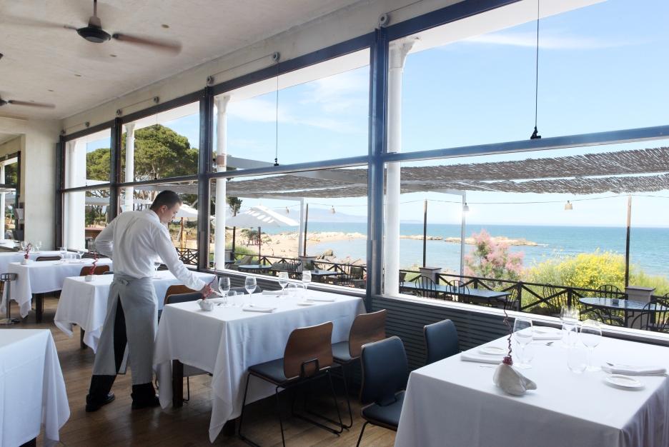 En el restaurante Villa Teresita, mesas con vistas al mar.