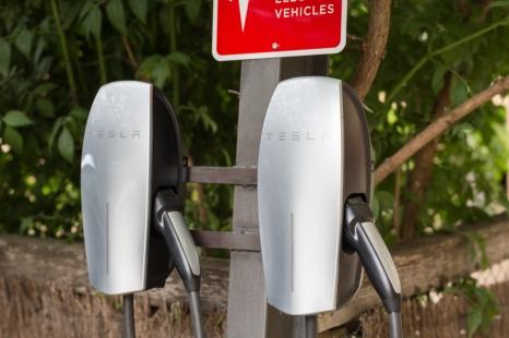 El hotel está a la última, en el parking, tienen dos súper cargadores rápidos para coches eléctricos Tesla.