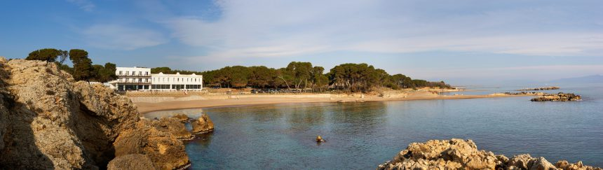 Panorámica del hotel y su entorno, la playa de Portitxol.