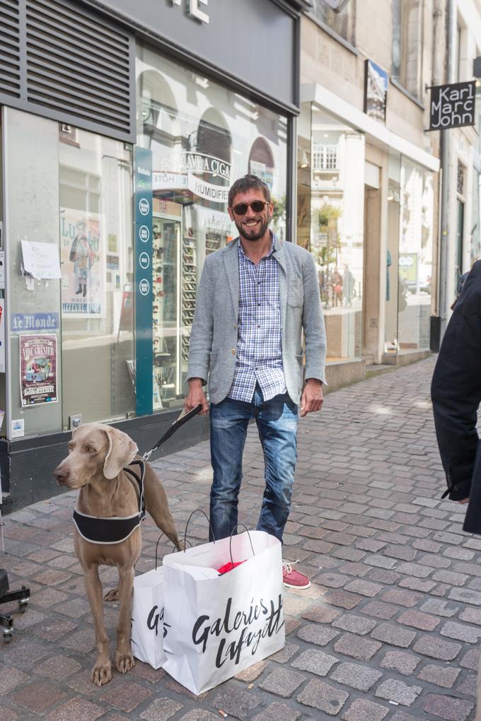 Este señor y su Weimaraner están visitando Nantes, él es todo un dog friendly traveler.