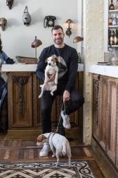 Carlos Moreno Fontaneda y sus dos Jack Russel en El Perro y La Galleta, Madrid.