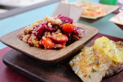 Pescado y ensalada Quinoa: quinoa, tomates cherrys, remolacha, vegetales, almendras tostadas y vinagreta de hierbas.
