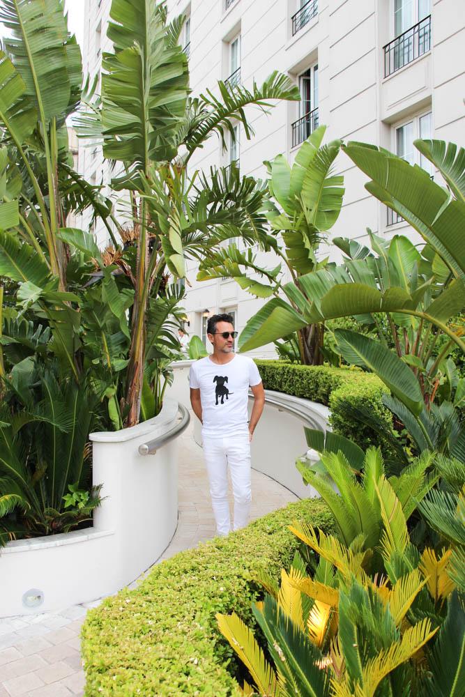 Despidiéndome del exótico jardín. Camiseta y vaqueros GARÇON GARCÍA y gafas BOSS.
